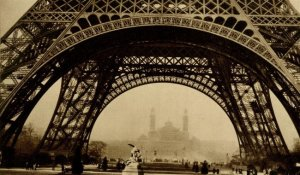 Germaine Krull, Torre Eiffel. https://p2.liveauctioneers.com/963/31237/12413717_1_l.jpg