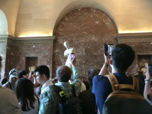 Turistas volviéndose locos con la Venus de Milo