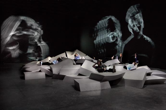 Vista de la exposición de Céleste Boursier-Mougenot « acquaalta », Palais de Tokyo (24.06 – 13.09 2015). Foto: Laurent Lecat. Cortesía de la artista y la Galerie Xippas, Paris ; Paula Cooper Gallery, New York ; Galerie Mario Mazzoli, Berlin © ADAGP, Paris 2015