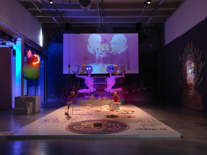 Vista de la exposición de Tianzhuo Chen, Palais de Tokyo (24.06 – 13.09 2015). Cortesía del artista, Bank Gallery (Shanghai). Coproduction K11 Art Foundation (KAF). Foto : André Morin