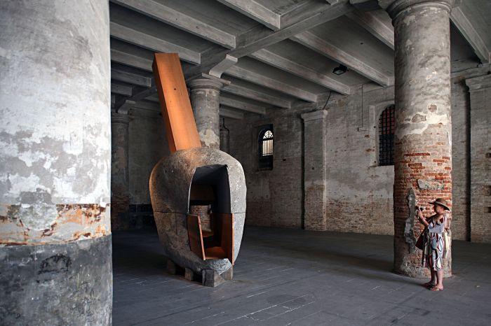 Le garçon caché dans un possin, 2010 Granit et cèdre 540 x 300 X 164 cm Présentée par SOLO PROJECTS, Pari