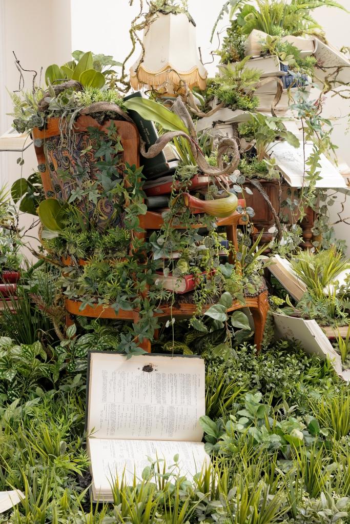 Still Library (détail), 2014 Livres, plantes en plastique 210 x 288 x 287 cm Courtesy - Galerie GP & N Vallois, Paris : Copyright - Aurélien Mole.